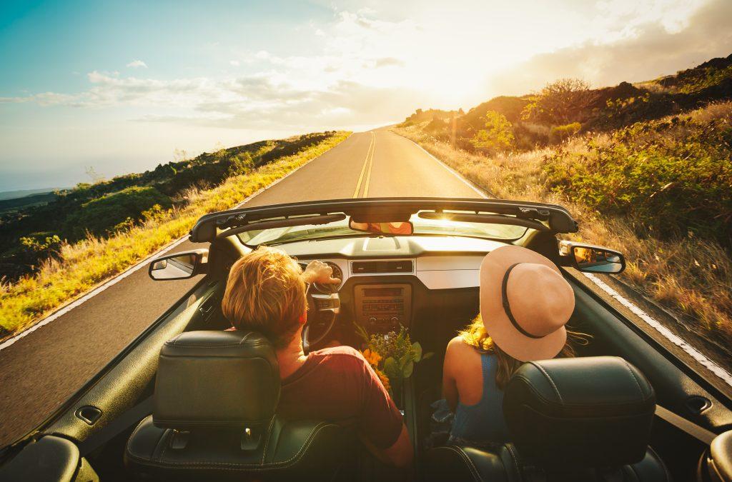 pareja viajando en coche - donde esconder el anillo de compromiso si viajas en coche